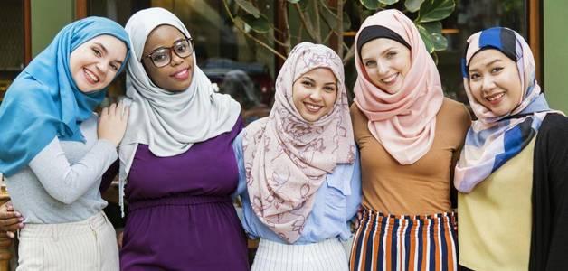 Cristãs inglesas usam hijab para apoiar muçulmanas no Ramadã