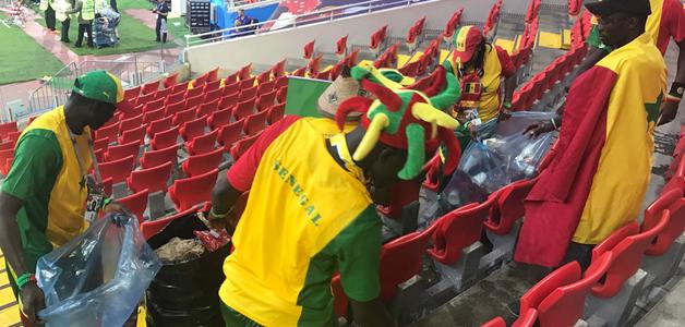 Show dentro e fora de campo: senegaleses recolhem lixo após vitória sobre a Polônia