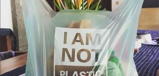 Empresa na Indonésia cria saco plástico comestível e solúvel em água