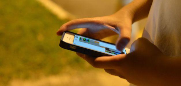 Tempo gasto em celular pelos adolescentes vira preocupação dos pais