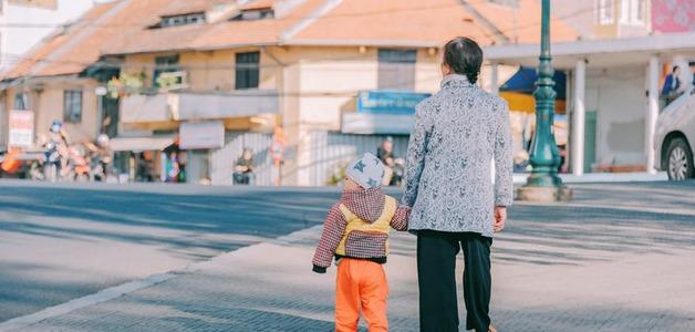 Idosos que cuidam de crianças vivem mais, segundo estudo.